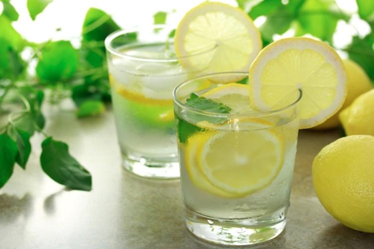 quais os benefícios da água de limão?