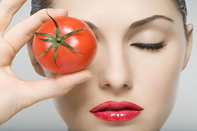 maneiras de usar o tomate para combater olheiras
